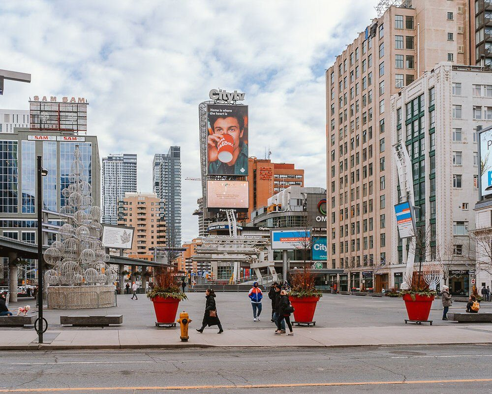 what-to-do-in-toronto-during-winter-dundas-square-elen-pradera-blog