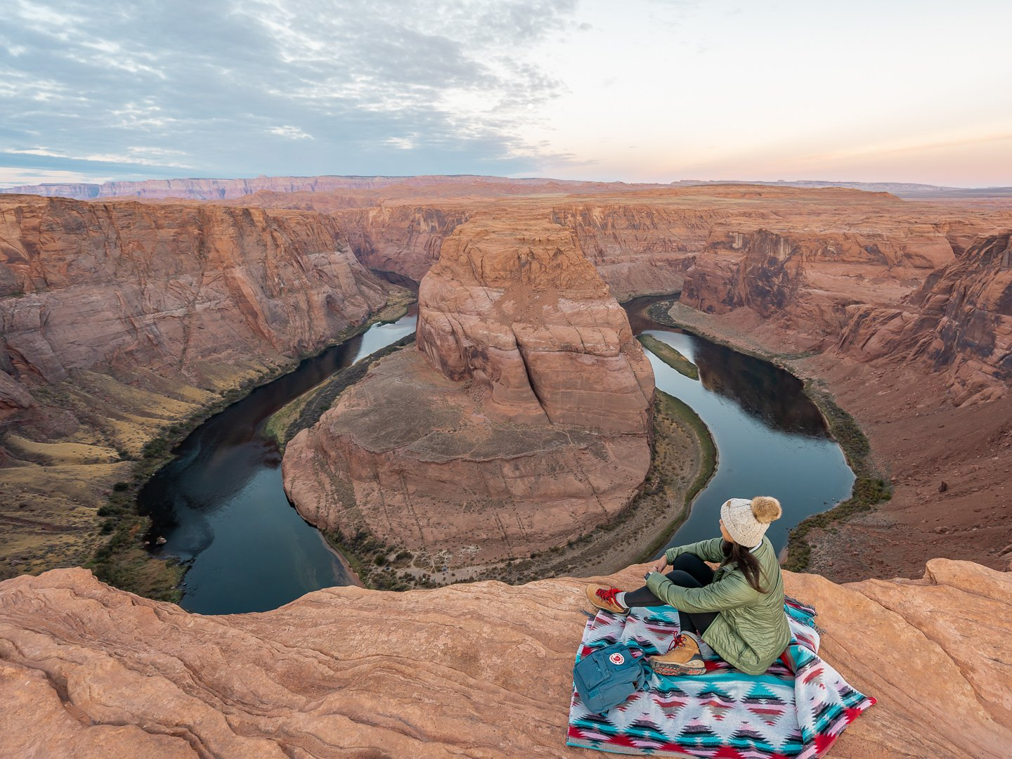 sentar-na-beira-do-Horseshoe-Bend-Arizona