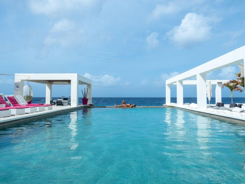Hotel-em-Curacao-com-piscina-de-borda-infinita